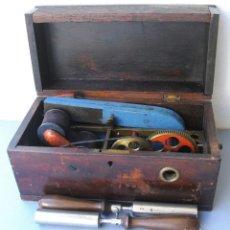 Antigüedades: APARATO PARA GENERAR CORRIENTE ELECTRICA PARA USO MEDICO , EN SU CAJA, SIN MANIVELA. Lote 130120659