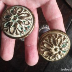 Antigüedades: GRAN ANTIGUA PAREJA DE TIRADORES DE BRONCE, DIAMETRO 4,5 CM . LARGO CON PERNO 8 CM. Lote 130157475