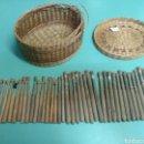 Antigüedades: LOTE DE CESTO DE COSTURA CON 38 BOLILLOS. Lote 47317283