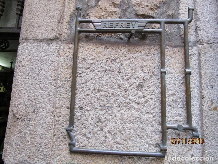 RARA PIEZA MAQUINAS COSER REFREY VIGO - POSIBLE PRUEBA EN BRONCE DE ARCO CENTRAL PIES DE HIERRO + IN (Antigüedades - Técnicas - Máquinas de Coser Antiguas - Refrey)