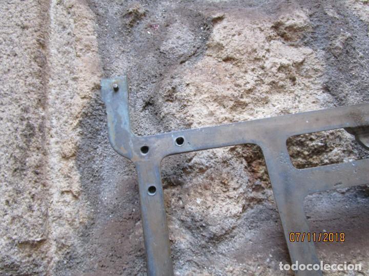 Antigüedades: RARA PIEZA MAQUINAS COSER REFREY VIGO - POSIBLE PRUEBA EN BRONCE DE ARCO CENTRAL PIES DE HIERRO + IN - Foto 3 - 130345366
