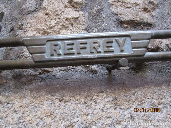 Antigüedades: RARA PIEZA MAQUINAS COSER REFREY VIGO - POSIBLE PRUEBA EN BRONCE DE ARCO CENTRAL PIES DE HIERRO + IN - Foto 5 - 130345366