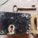 Antigüedades: ANTIGUA CERRADURA CON LLAVE. Lote 130544079