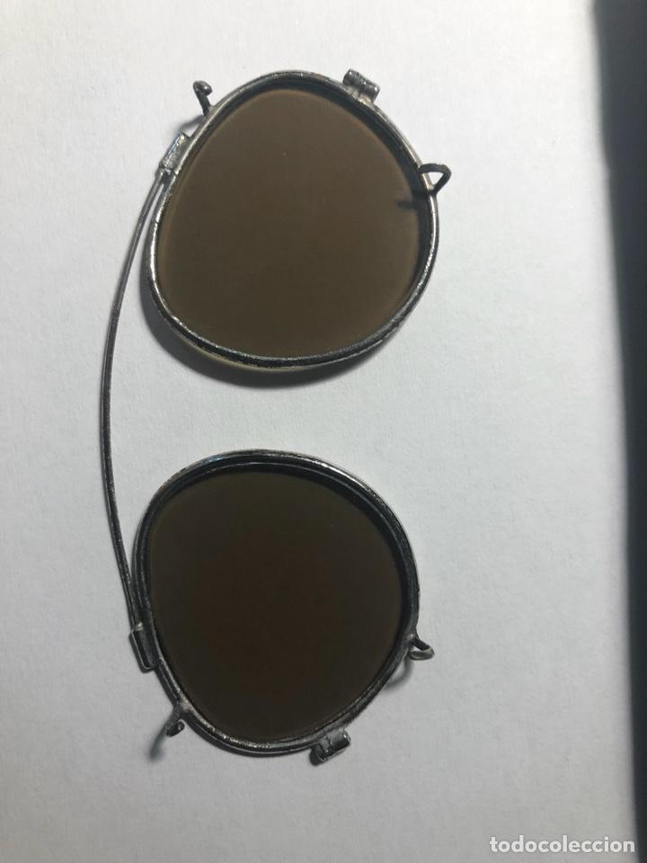 Antigüedades: Antiguas gafas de sol para aplicar sobre otras gafas graduadas. Con su estuche. - Foto 8 - 130668324