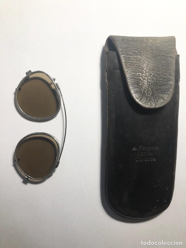 Antigüedades: Antiguas gafas de sol para aplicar sobre otras gafas graduadas. Con su estuche. - Foto 10 - 130668324