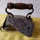 Antigüedades: PLANCHA CON HIERRO PARA CALENTAR EN EL INTERIOR - ASA DE MADERA - 13 X 10 X 11 CMS. Lote 130669038