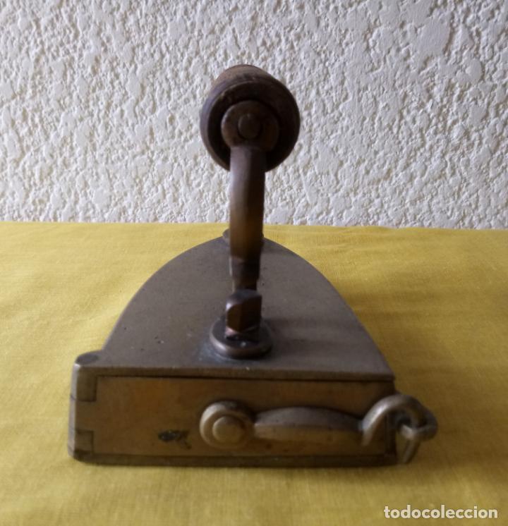 Antigüedades: PLANCHA CON HIERRO PARA CALENTAR EN EL INTERIOR - ASA DE MADERA - 13 x 10 x 11 CMS - Foto 10 - 130669038
