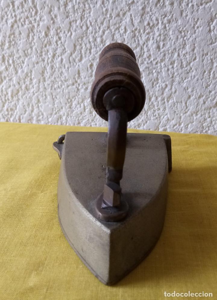 Antigüedades: PLANCHA CON HIERRO PARA CALENTAR EN EL INTERIOR - ASA DE MADERA - 13 x 10 x 11 CMS - Foto 11 - 130669038
