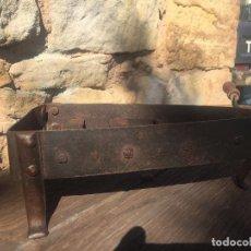 Antigüedades: SOPORTE PLANCHA ELABORADO POR HERRERO S XVIII FORJA. Lote 130699574