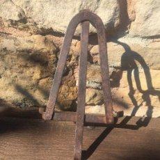 Antigüedades: SOPORTE PLANCHA HIERRO FORJADO A MANO POR FERRERO . Lote 130703419