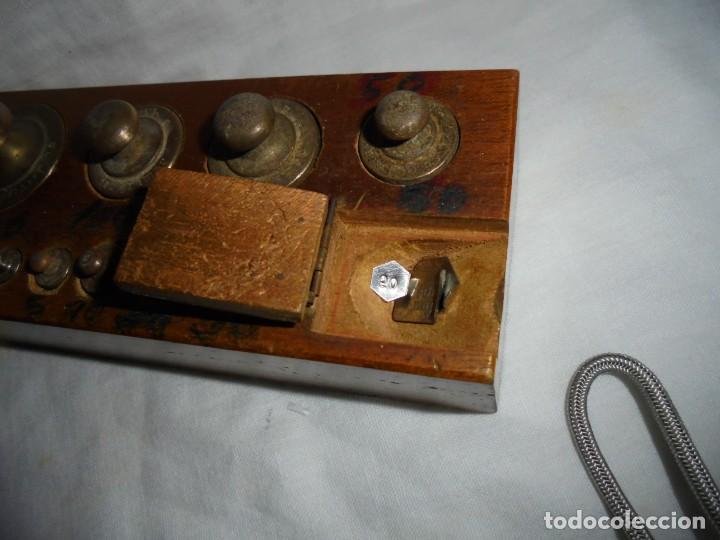 Antigüedades: ANTIGUO JUEGO DE MEDIDAS DE PESO DESDE 200 GRA A DECIMALES MADERA Y BRONCE - Foto 4 - 130797972