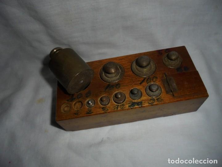 Antigüedades: ANTIGUO JUEGO DE MEDIDAS DE PESO DESDE 200 GRA A DECIMALES MADERA Y BRONCE - Foto 11 - 130797972