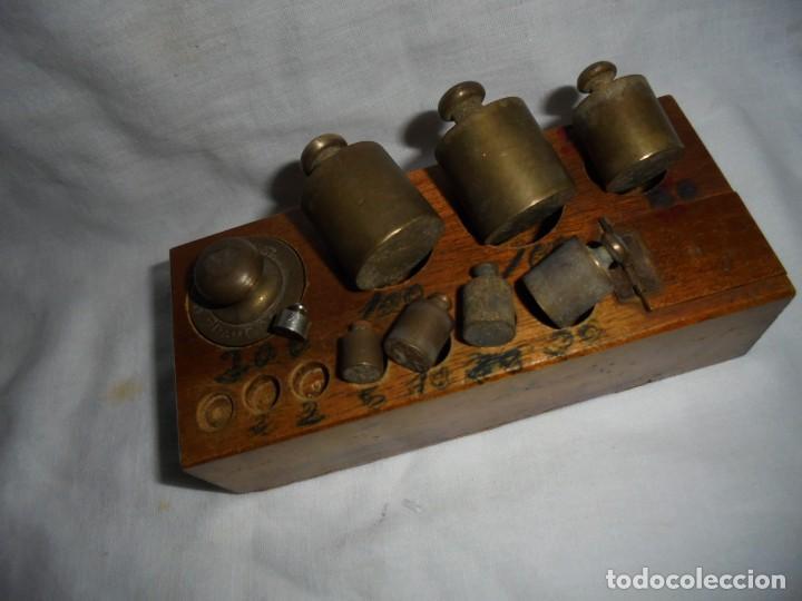 Antigüedades: ANTIGUO JUEGO DE MEDIDAS DE PESO DESDE 200 GRA A DECIMALES MADERA Y BRONCE - Foto 13 - 130797972