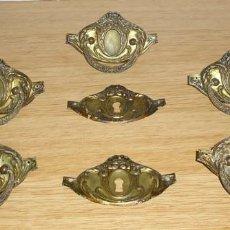 Antigüedades: ANTIGUOS,5 ASAS TIRADORES Y 2 BOCALLAVES PARA COMODA.. Lote 130861792