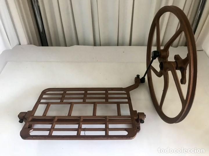 ANTIGUO PEDAL DE HIERRO DE MAQUINA DE COSER AÑOS 70 (Antigüedades - Técnicas - Máquinas de Coser Antiguas - Complementos)
