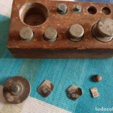 Antigüedades: CONJUNTO DE PESOS, FALTAN 2 DE 2 GR. EN EL QUE SE VE ABIERTO VAN LOS PESOS PEQUEÑOS. Lote 130944856