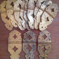 Antigüedades: LOTE DE 12 VISAGRAS ARTESANALES ENVEJECIDAS CON PAN DE ORO.. Lote 130989772