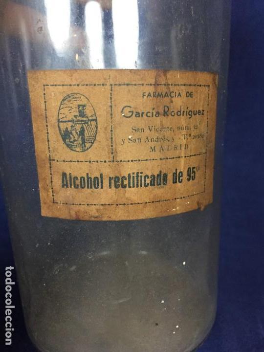 Antigüedades: FRASCO FARMACIA BOTE VIDRIO ETIQUETA ALCOHOL 95 GARCIA RODRIGUEZ MADRID PPIO S XX 21X10,5CMS - Foto 5 - 131057852