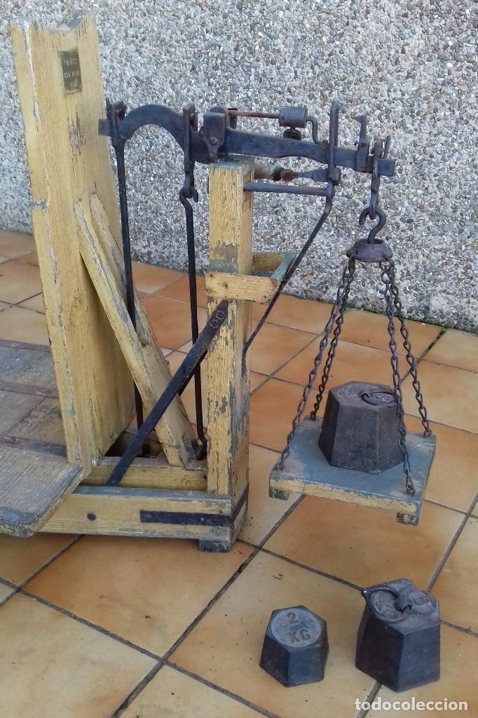 Antigüedades: ANTIGUA BASCULA ROMANA DE BRAZO FRONTAL Y CON CUATRO PESAS DE HIERRO - Foto 2 - 110654979