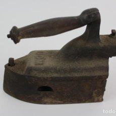 Antigüedades: PLANCHA DE HIERRO PARA CARBON . MARCA UOM .FINALES DEL SIGLO XIX.. Lote 131152008