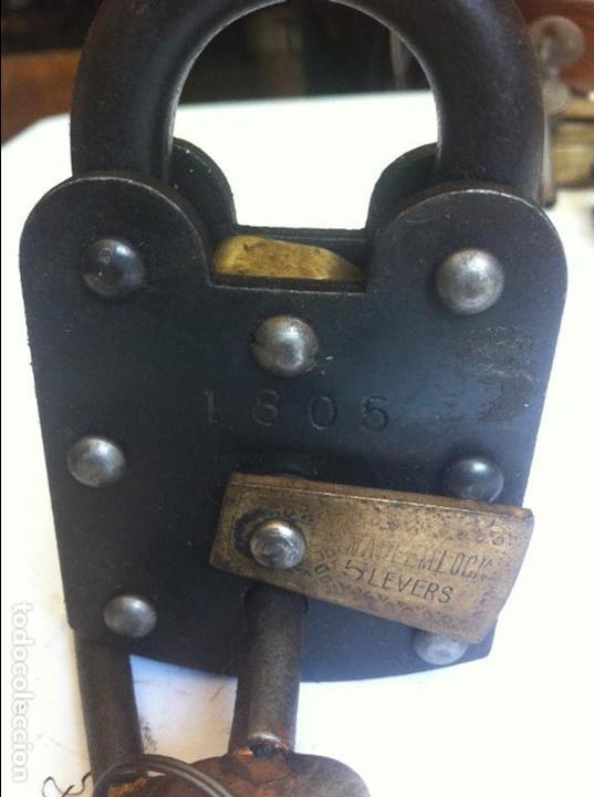 Antigüedades: bonito y fuerte candado de hierro y bronce con su llave (5) - Foto 6 - 131240167