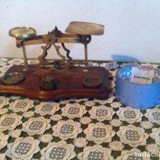 Antigüedades: GRAN BALANZA POSTAL DE BRONCE CON 25X14 CM DE FINAL DEL XIX CON SUS PESAS (BP 7A). Lote 131551890