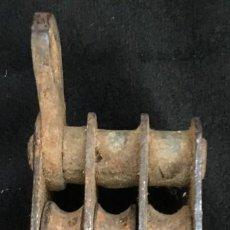 Antigüedades: ANTIGUA GARRUCHA DE TRIPLE ROLDANA, DE HIERRO. EN PERFECTO ESTADO.. Lote 131810494