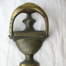 Antigüedades: ALDABA DE BRONCE DE UNA PIEZA ATORNILLA POR DENTRO 620 GRS Y 19,5 CMS.. Lote 131974622