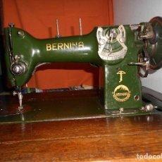Antigüedades: MAQUINA DE COSER BERNINA ZICK ZACK CLASE 117 AÑO 1938 EN MUEBLE ORIGINAL CON ACCESORIO. Lote 132025814