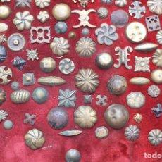Antigüedades: CUADRO COLECCION CLAVOS ANTIGUOS BRONCE SIGLO XVIII-XIX (+85 UNIDADES). Lote 132107722