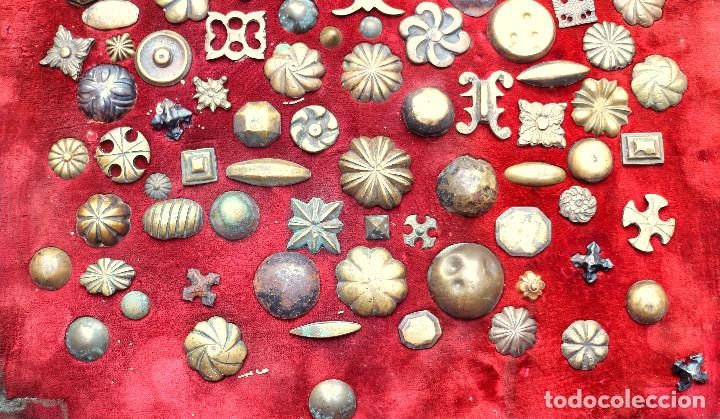 Antigüedades: CUADRO COLECCION CLAVOS ANTIGUOS BRONCE SIGLO XVIII-XIX (+85 UNIDADES) - Foto 2 - 132107722
