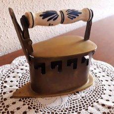 Antigüedades: ANTIGUA PLANCHA DE CARBON CON MANGO DE CERAMICA. Lote 132175130
