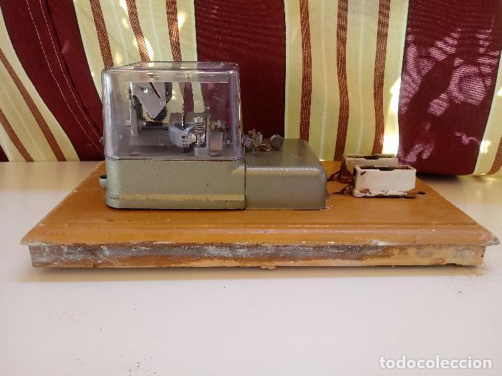 Antigüedades: CONTADOR MONOFASICO EN PEANA ORIGINAL DE MADERA Y PORTA PLOMOS DE CERAMICA. - Foto 5 - 132223150