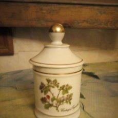 Antigüedades: BONITO FRASCO CON TAPA DE PORCELANA CRATAEGUS OXICANTHA.L,LAGENTHLA PINTADO A MANO. Lote 132329010