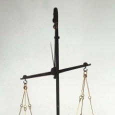 Antigüedades: BALANZA DE HIERRO FORJADO. BASE DE MÁRMOL. PLATOS DE LATÓN. SIGLO XIX. . Lote 132392806