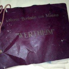 Antigüedades: ANTIGUO MUESTRARIO DE LABORES CON MAQUINA DE COSER WERTHEIM MUY CURIOSO VER IMÁGENES . Lote 132424434