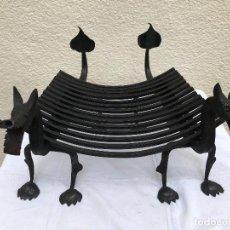 Antiguidades: MORILLOS DRAGONES DE HIERRO FORJADO CON PARRILLA. Lote 132494214