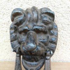 Antigüedades: BONITA ALDABA DE FORJA CON FORMA DE CABEZA DE LEON. Lote 132601758