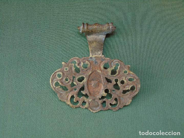 Antigüedades: ANTIGUO TIRADOR DE BRONCE CON MANGO CON FORMA DE ALDABA O LLAMADOR. - Foto 2 - 252041350