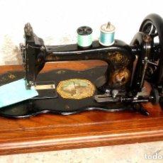 Antigüedades: ANTIGUA MAQUINA DE COSER,CON BASE DE VIOLIN. AÑO C. 1881 FUNCIONA Y EN BUEN ESTADO. Lote 132880054
