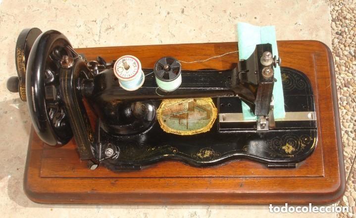 Antigüedades: ANTIGUA MAQUINA DE COSER,CON BASE DE VIOLIN. AÑO C. 1881 FUNCIONA Y EN BUEN ESTADO - Foto 2 - 132880054