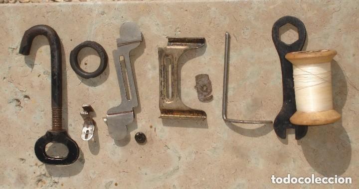 Antigüedades: ANTIGUA MAQUINA DE COSER,CON BASE DE VIOLIN. AÑO C. 1881 FUNCIONA Y EN BUEN ESTADO - Foto 10 - 132880054