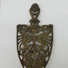 Antigüedades: PIE DE PLANCHA EN BRONCE. Lote 132883574