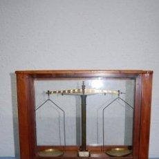 Antigüedades: BALANZA PRECISIÓN URNA DE CRISTAL Y MADERA DE 1940. Lote 132898238