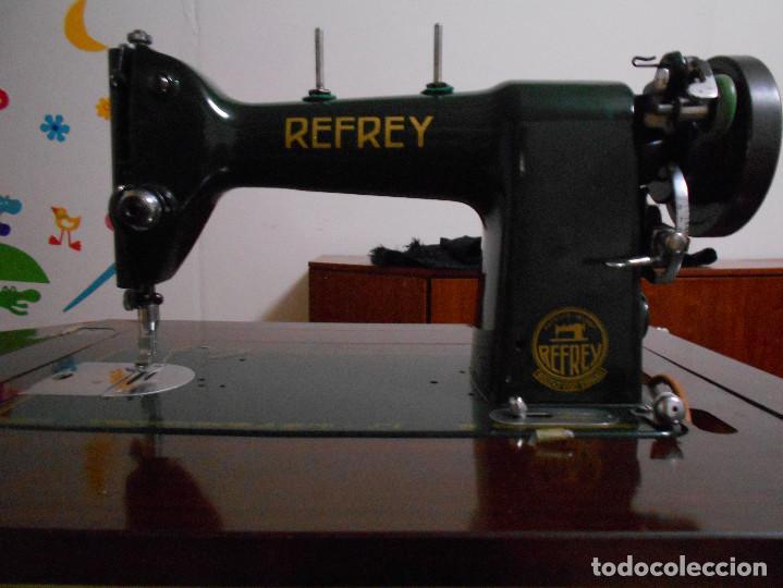 MÁQUINA DE COSER REFREY 306, COMPLETA CON MUEBLE (Antigüedades - Técnicas - Máquinas de Coser Antiguas - Refrey)