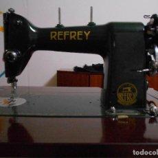 Antigüedades: MÁQUINA DE COSER REFREY 306, COMPLETA CON MUEBLE. Lote 132898690