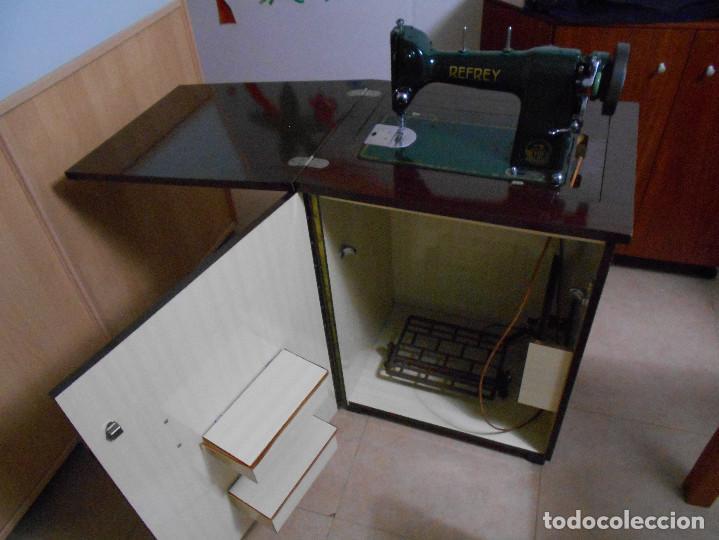 Antigüedades: MÁQUINA DE COSER REFREY 306, COMPLETA CON MUEBLE - Foto 3 - 132898690