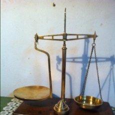 Antigüedades: MAJESTUOSA BALANZA DE FARMACIA INGLESA (47CM) CON SUS PESAS FINALES S.XIX (BF 08). Lote 132931274