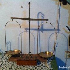 Antigüedades: PRECIOSA Y PRECISA BALANZA FARMACEUTICA ALEMANA DE BRONCE CON SUS PESAS PARA 1 KG (BQ 30). Lote 132939666