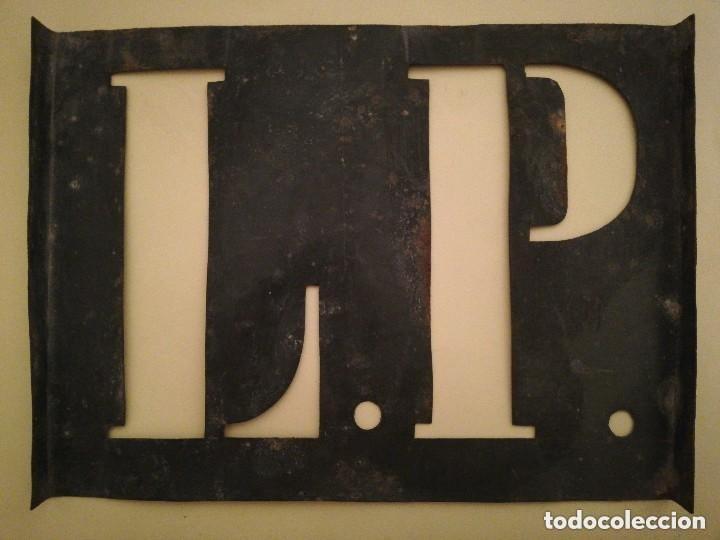 ANTIGUA PLANTILLA L. P. PARA MARCAR SACOS, CAJONES ETC. 20,5 X 15,5 CM (Antigüedades - Técnicas - Herramientas Profesionales - Imprenta)